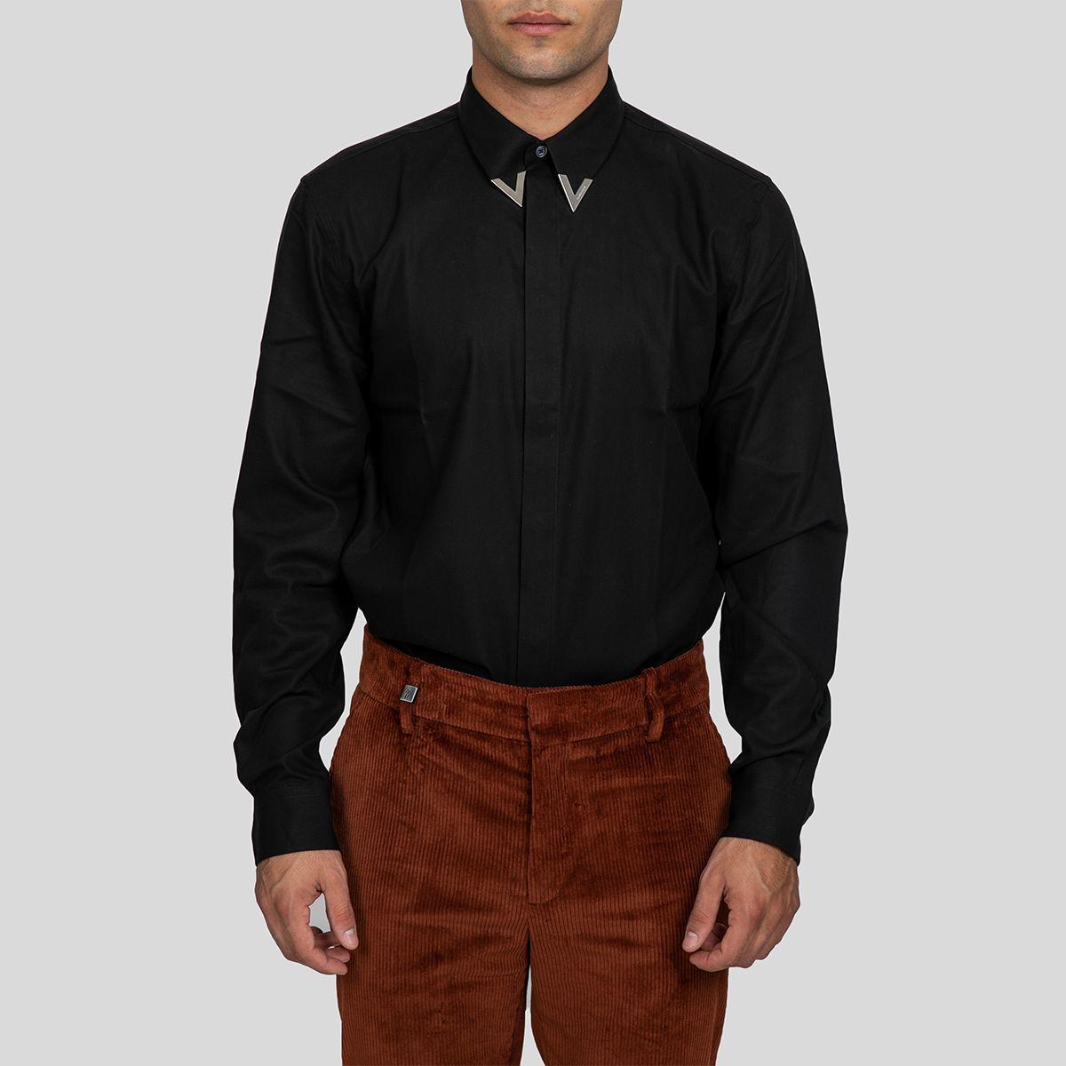 GIVENCHYBlack Shirt with Metallic Tips Γιακάς με χρυσές λεπτομέρειες Μακριά μανίκια Κλείσιμο με κρυφά κουμπιά Μέγεθος δείγματος:39 Σύνθεση: 100% Βαμβάκι